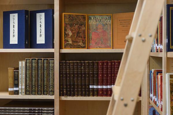 特藏图书馆书架上的出版物和书籍