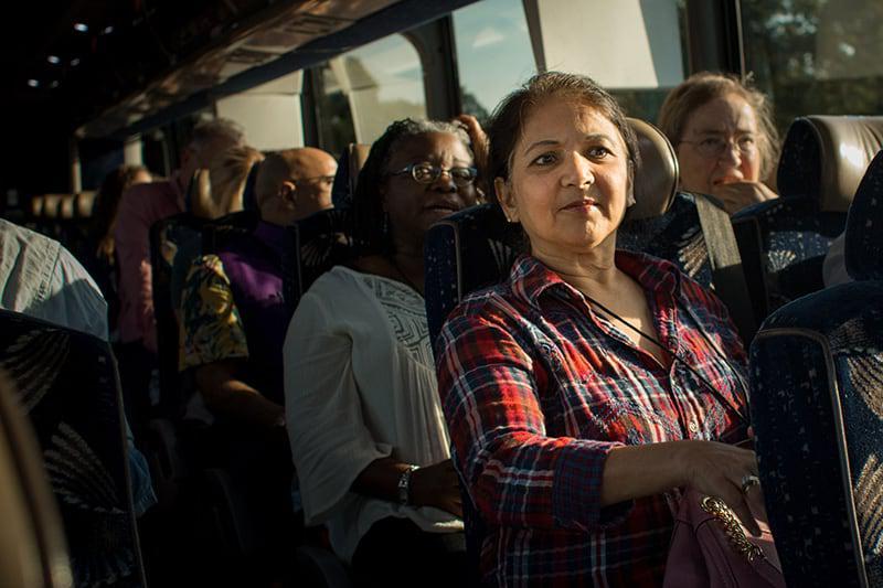 一群新教员在公共汽车上坐在一起