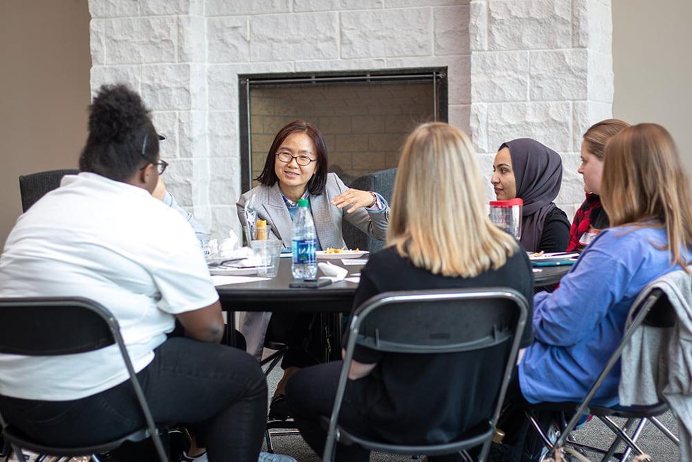 在文化讨论活动中,学生们围坐在桌子旁